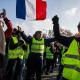 Francia, i gilet gialli bloccano i depositi di carburante: «Macron ci consideri!»