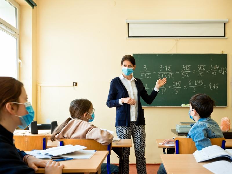 Scuola, 200 mila tra docenti e addetti ancora non vaccinati. Rientro a rischio