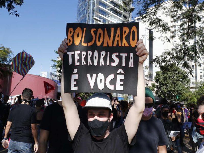 Pandemia: «Fuori Bolsovirus», Brasile in piazza contro Bolsonaro