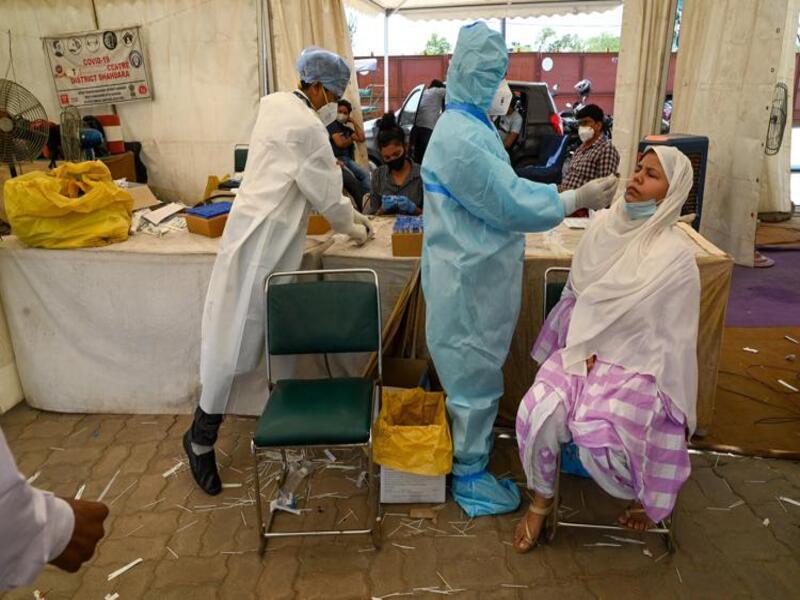 India, meno vaccini alle donne: «Non hanno strumenti per prenotarsi»