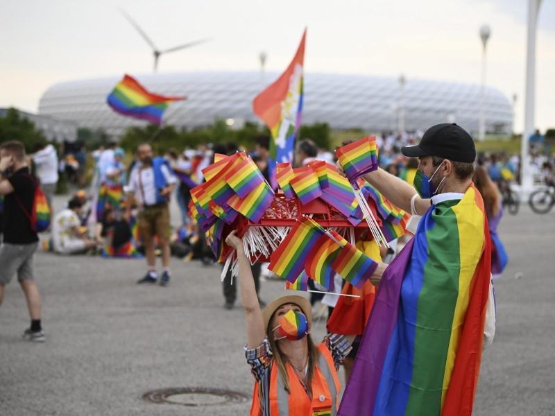 """Euro 2020: Monaco, la Uefa vieta lo """"stadio arcobaleno"""", in città reazione a colori / FOTO"""