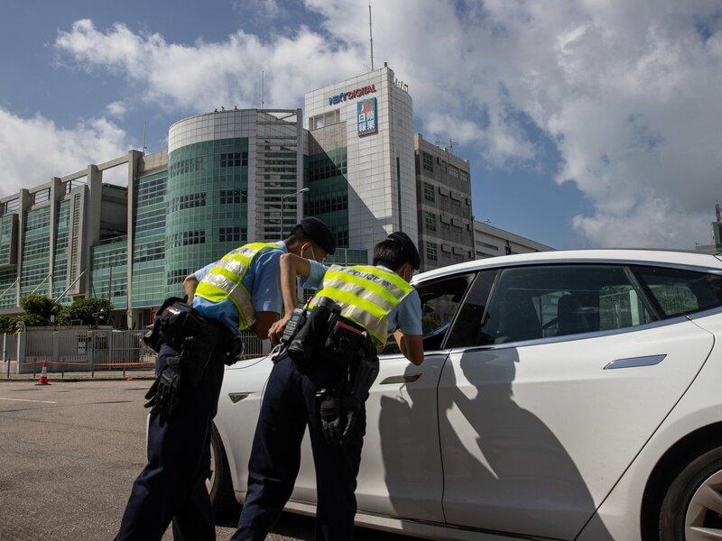 Hong Kong, blitz della polizia nella redazione del giornale pro-democrazia Apple Daily